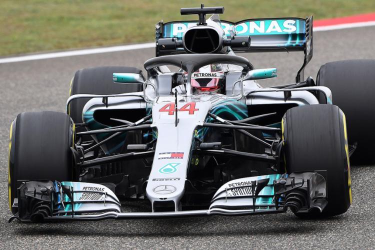 Na avaliação de Hamilton, a Ferrari será uma dura concorrente. - Foto: Greg Baker l AFP