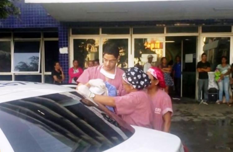 Mãe entrou em trabalho de parto quando estava no veículo a caminho do hospital - Foto: Reprodução | Tv Bahia