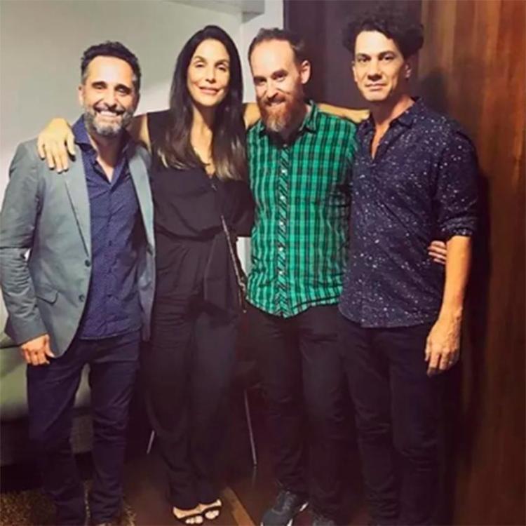 Rodeada de amigos, cantora curte show do músico uruguaio - Foto: Reprodução | Instagram