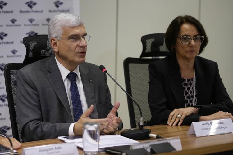 O secretário da Receita Federal, Jorge Rachid (à esq.), fala à imprensa sobre a entrega das declarações do IRPF 2018 - Foto: Fabio Rodrigues Pozzebom l Agência Brasil