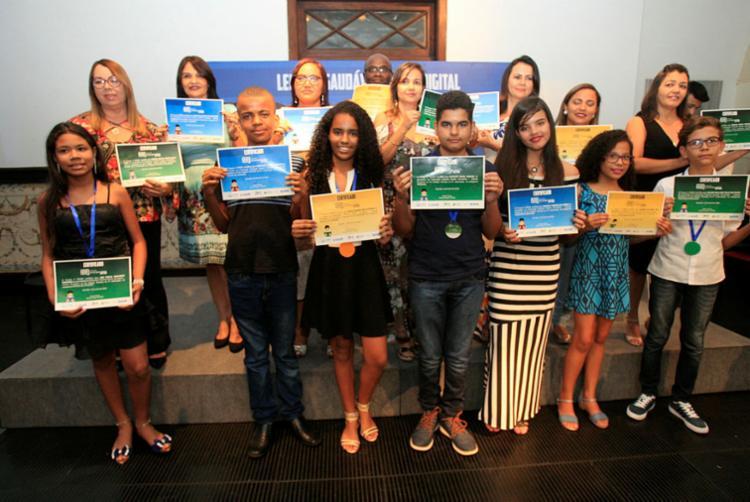 Alunos e professores foram presenteados com diárias no Hotel Vila dos Corais, tablet, mochila e vale-livros - Foto: Alessandra Lori | Ag. ATARDE