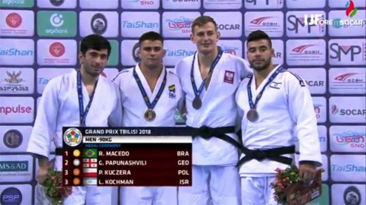 Brasileiro (segundo da esquerda para direita) foi o vencedor da disputa no peso médio (90kg) - Foto: Divulgação l CBJ