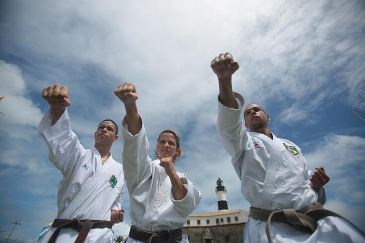 Lúcio Almeida (E), Patrícia Carvalho e Williames Souza são três dos baianos que buscam competir na Terra do Sol Nascente - Foto: Raul Spinassé l Ag. A TARDE