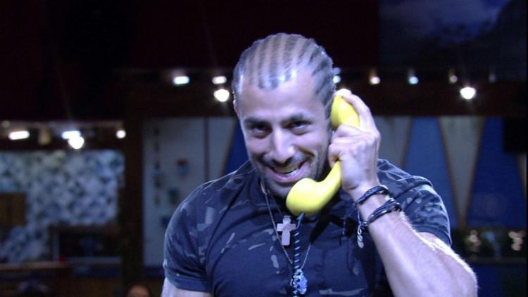 Kaysar atendeu telefone correto e virou líder do reality - Foto: Reprodução | TV Globo