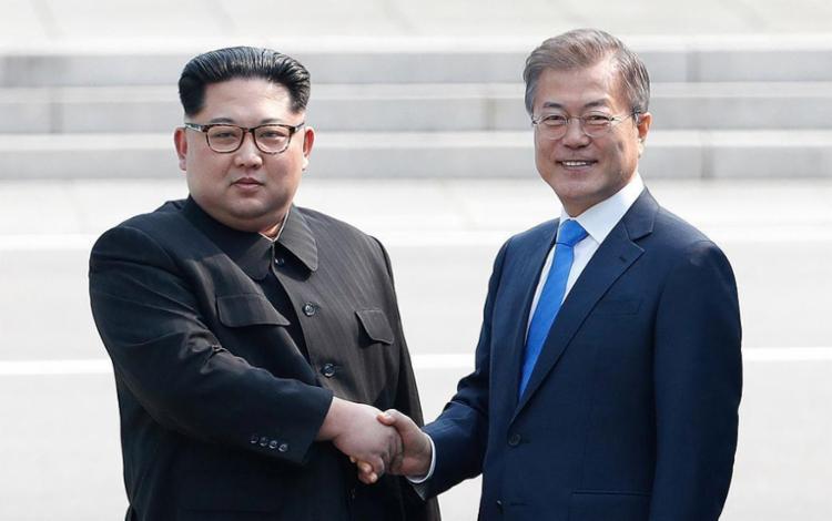 O líder norte-coreano, Kim Jong-un (à esq.), e o presidente sul-coreano, Moon Jae-in, trocaram aperto de mão - Foto: Korea Summit Press Pool l AFP