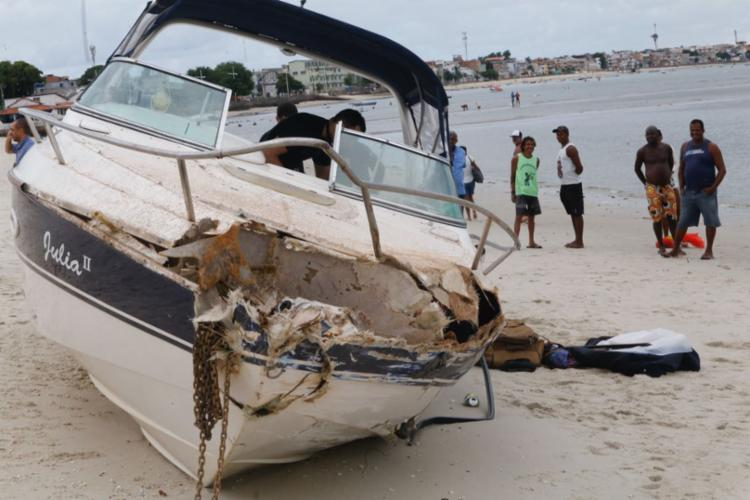 O material já foi retirado da embarcação pelos policiais federais - Foto: Margarida Neide | Ag. A TARDE