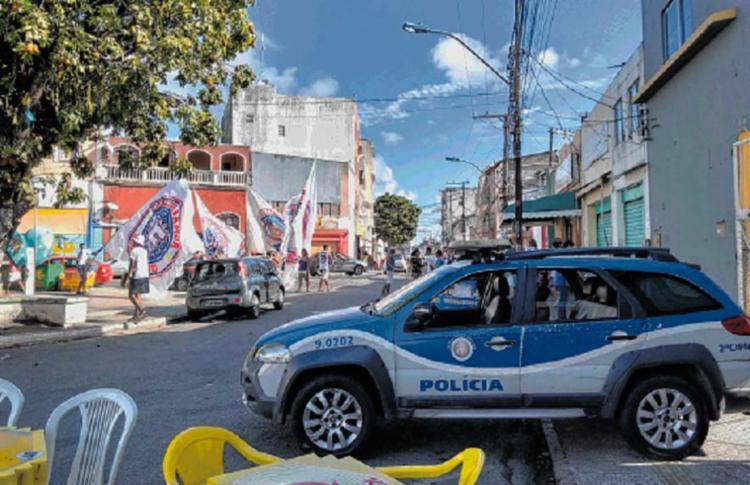 Guarnição da PM reforçava a segurança no Largo do Tororó, onde torcedores da Bamor estavam reunidos - Foto: Euzeni Daltro | Ag. A TARDE