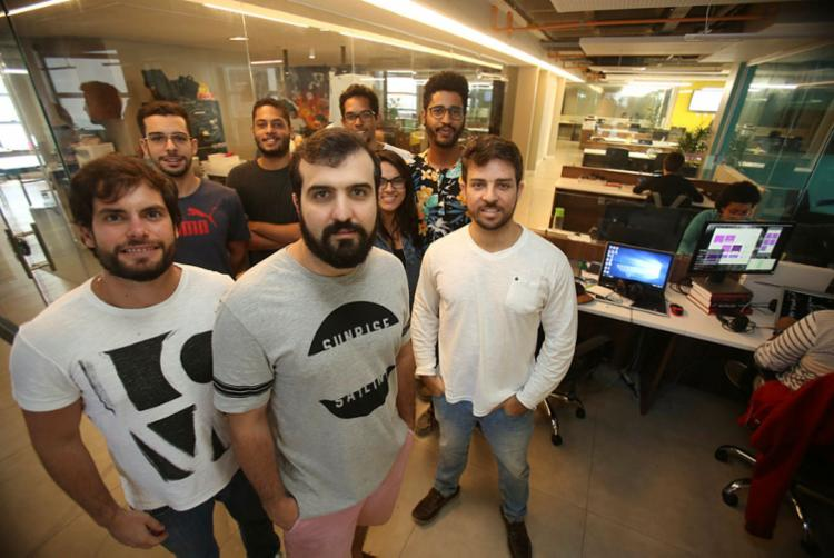 Leandro, Maurício e Ubiraci (no primeiro plano) são sócios na Editora Sanar - Foto: Joá Souza | Ag. A TARDE