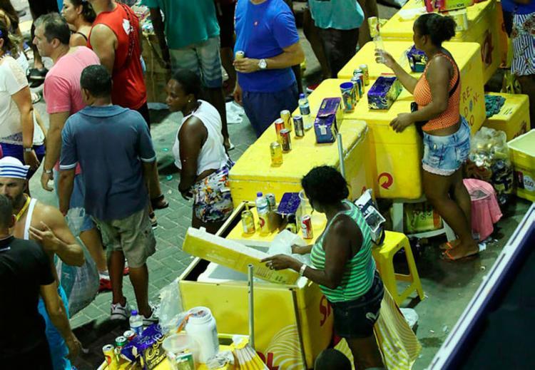 Vendedores receberão kit com isopor grande e dois pequenos, dois bonés e dois coletes - Foto: Joá Souza   Ag. A TARDE