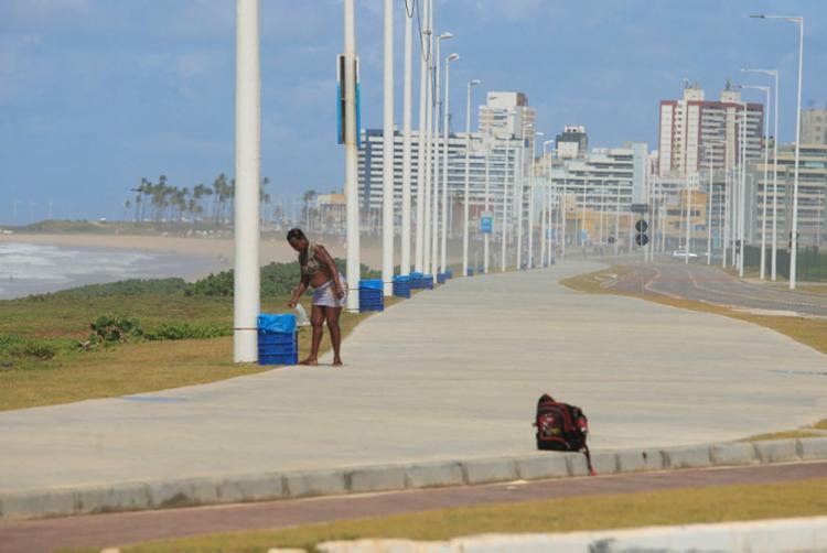 Em cada poste é possível encontrar uma lixeira entre a Boca do Rio e Itapuã