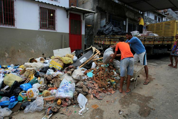 No bairro de São Marcos, na rua Rosalvo Carvalho Silva, o lixo cobre metade da via - Foto: Luciano da Matta | Ag. A TARDE | 13.04.2018