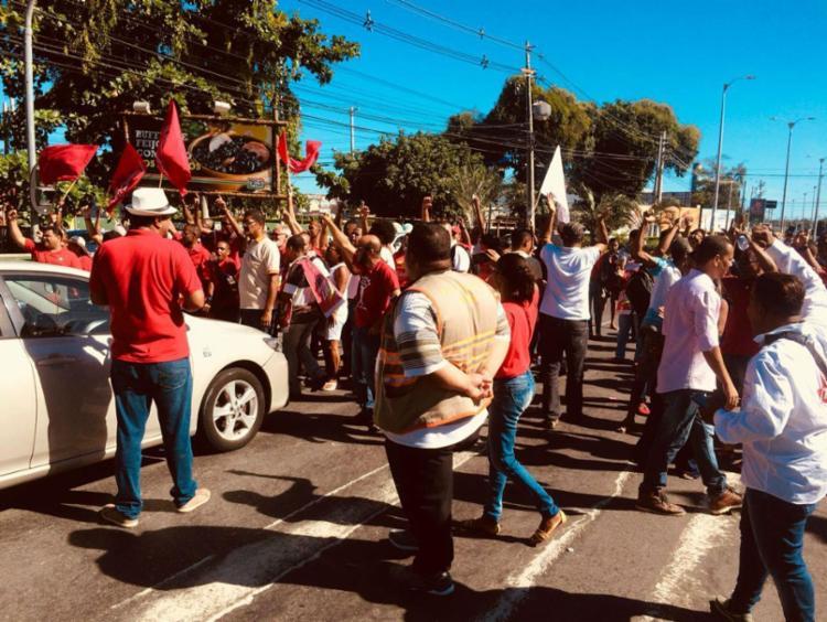 Com bandeiras e carro de som, manifestantes seguem até Salvador - Foto: Divulgação