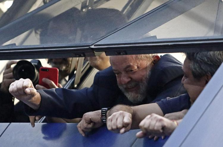 Ex-presidente acena para simpatizantes de uma janela do Sindicato dos Metalúrgicos de São Bernardo do Campo - Foto: Miguel Schincariol l AFP