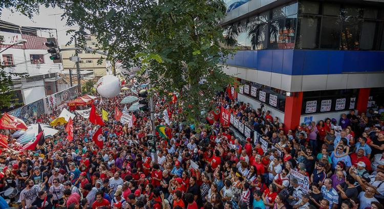 Antes das 9h, a movimentação já era intensa em ao prédio do sindicato - Foto: Miguel Schincariol l AFP