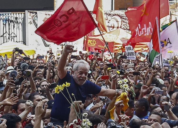 Após discurso, o ex-presidente foi erguido e levado no meio da população até a entrada principal do Sindicato dos Metalúrgicos do ABC - Foto: Miguel Schincariol l AFP