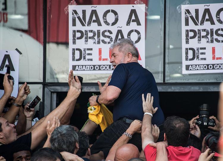 Lula entrou pela porta principal e carregado pelos manifestantes - Foto: Nelson Almeida l AFP