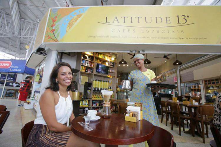 Juleilda conta que o cliente pode criar seu blend na Latitude 13 - Foto: Margarida Neide | Ag. A TARDE