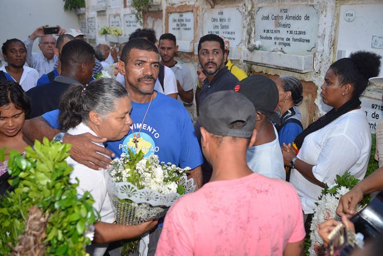 Familiares e amigos participam do adeus a Maria Lúcia - Foto: Shirley Stolze l Ag. A TARDE