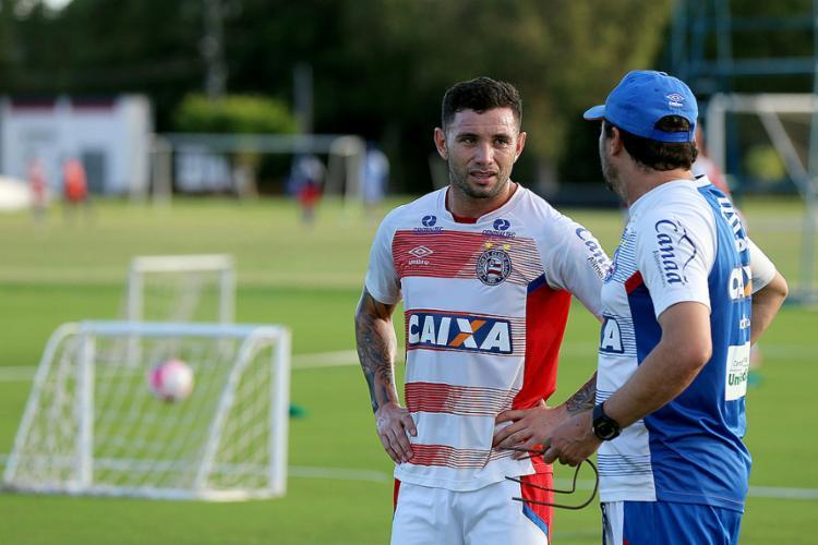 O lateral chileno Mena será titular no jogo desta quarta-feira, 11, em Santa Cruz de la Sierra - Foto: Felipe Oliveira l EC Bahia