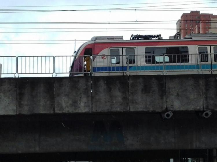 Usuários ficaram presos em trem desligado - Foto: Joá Souza   Ag. A TARDE