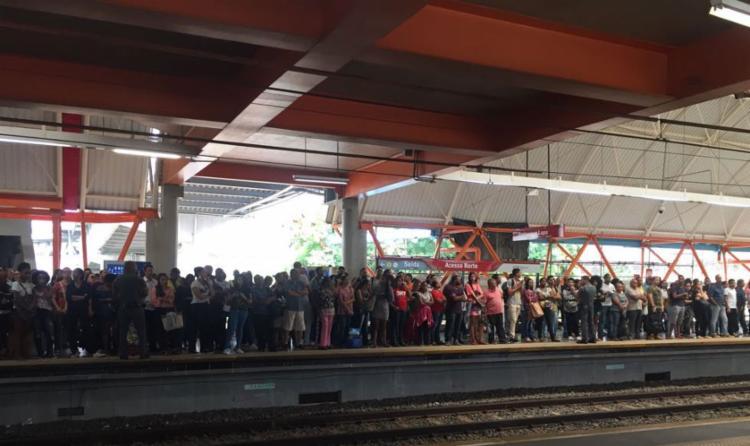 Falha elétrica na Linha 1 deixou as estações lotadas (Foto: Hilcélia Falcão | Ag. A TARDE)