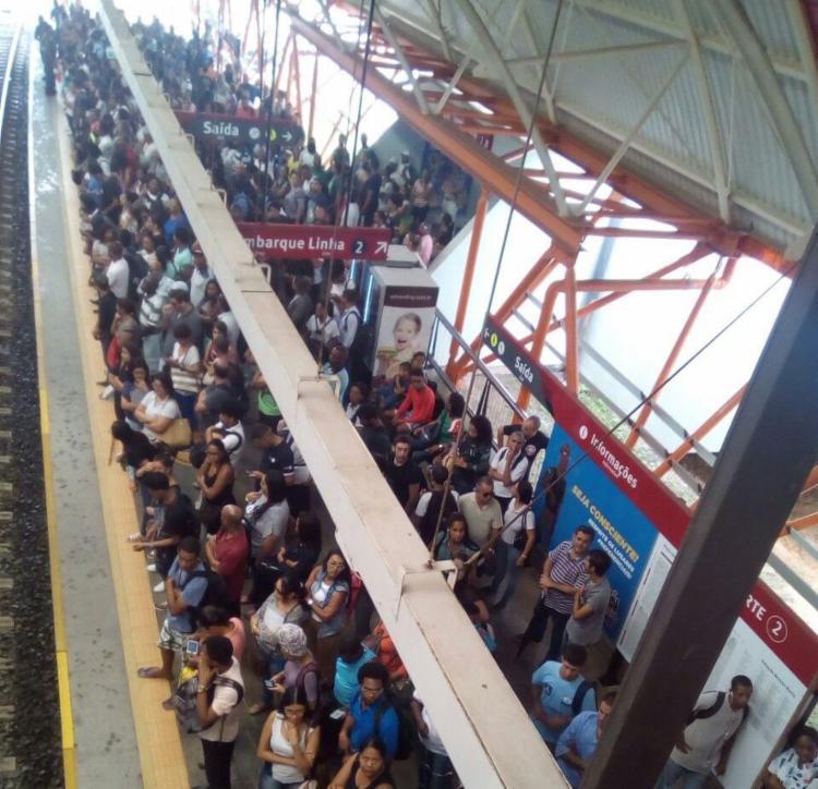 Com intervalo maior entre os trens, passageiros se aglomeraram nas estações - Foto: Luís Alberto Borges   Via WhatsApp
