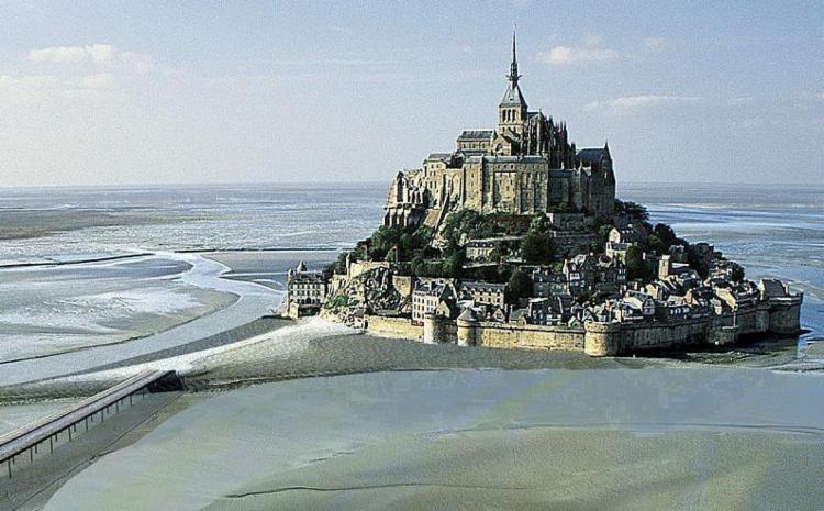 Saint Michel é formado por um castelo, um mosteiro e um vilarejo medieval - Foto: Divulgação