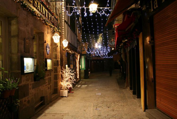 No vilarejo é possível encontrar vários restaurantes, lojinhas de souvenirs, produtos medievais e até pequenos museus temáticos