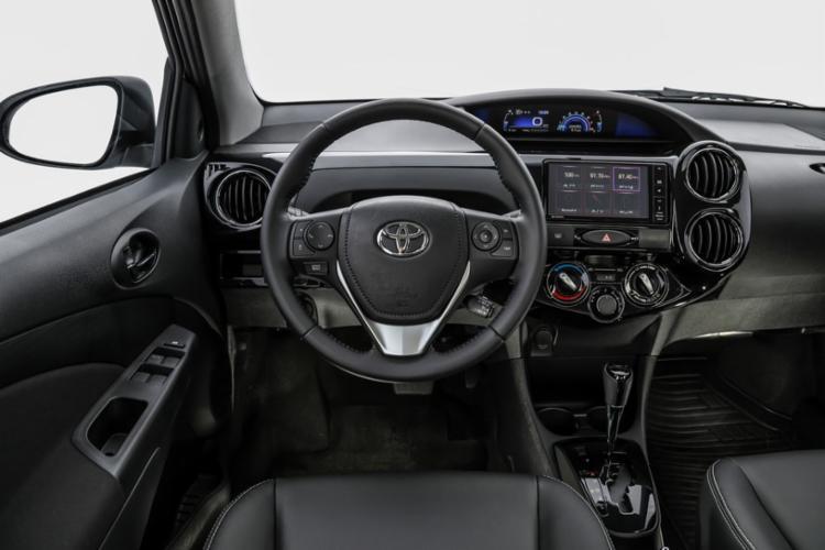 Interior é ergonômico é espaçoso embora simples. Detalhe: versão testada tem câmbio manual e não vem com rádio ou multimídia