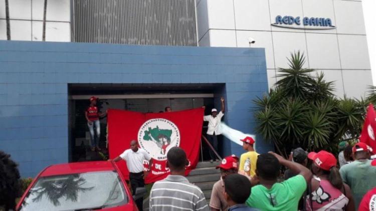Grupo protesta contra cobertura da emissora e pedem libertação de Lula - Foto: Divulgação | CUT