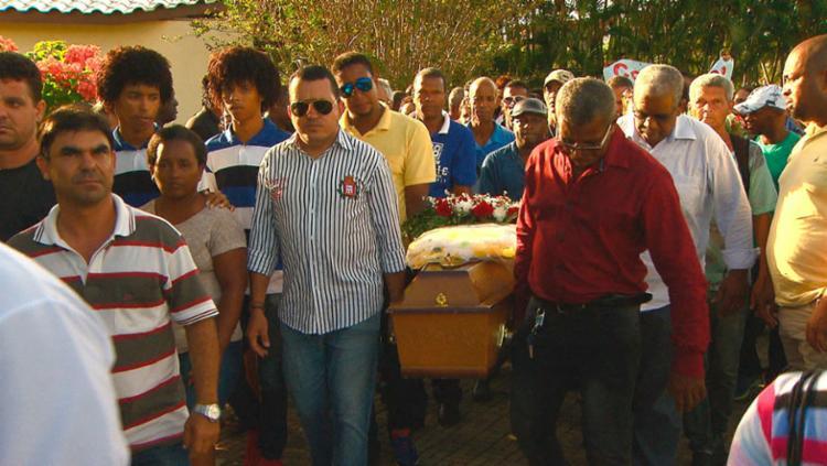 Familiares, amigos e fãs prestaram as últimas homenagens à cantora - Foto: Reprodução | TV Bahia