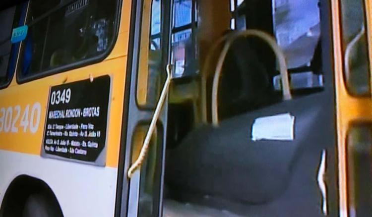 Passageiros foram retirados do coletivo durante ação - Foto: Reprodução   TV Record