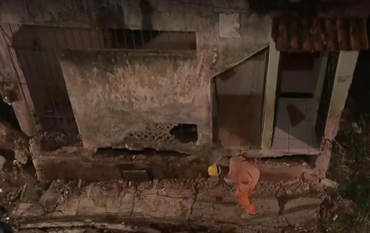 Operários iniciaram demolição do imóvel - Foto: Reprodução   TV Bahia