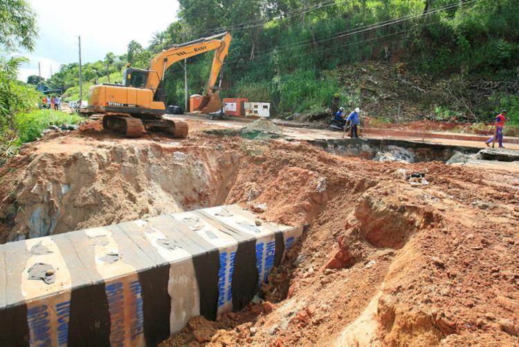 Equipes da prefeitura e da Coelba atuam no conserto da estrutura da rede de drenagem e na recuperação da via - Foto: Luciano da Matta | Ag. A TARDE