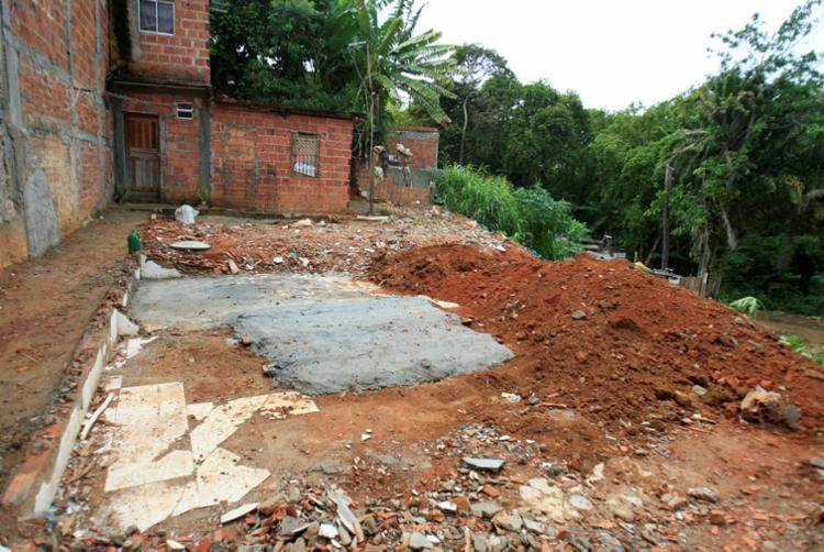No terreno onde ficava o imóvel de três andares estão entulhos e outros resíduos - Foto: Luciano da Matta | Ag. A TARDE