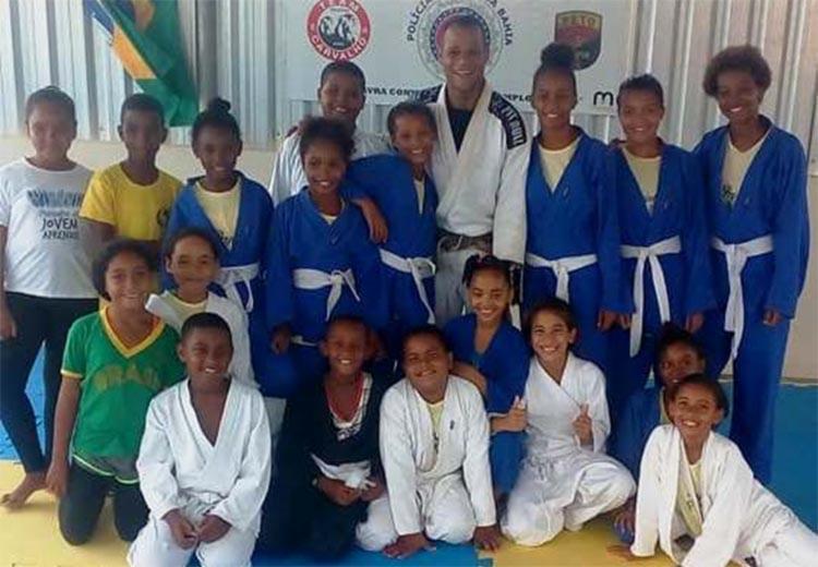 O projeto que promove aulas gratuitas de jiu-jítsu para crianças e adolescentes entre 10 e 16 anos completa um ano de existência - Foto: Divulgação