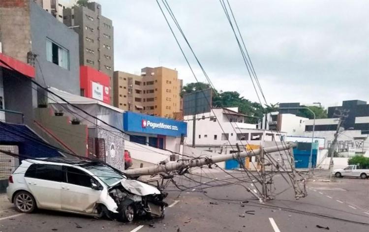 Poste caiu após o choque e arrastou a fiação - Foto: Divulgação | Transalvador