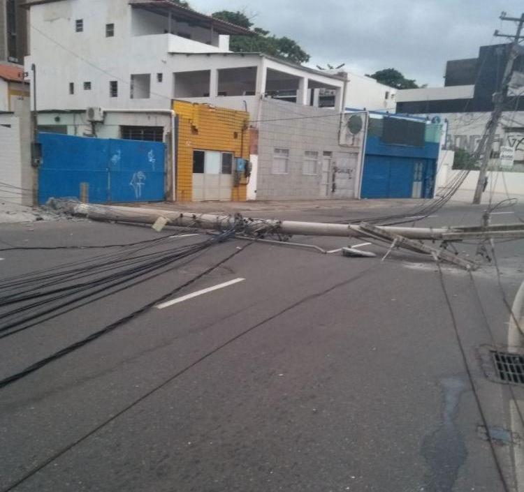 Após acidente, equipamento elétrico ficou atravessado na pista - Foto: Divulgação | Transalvador