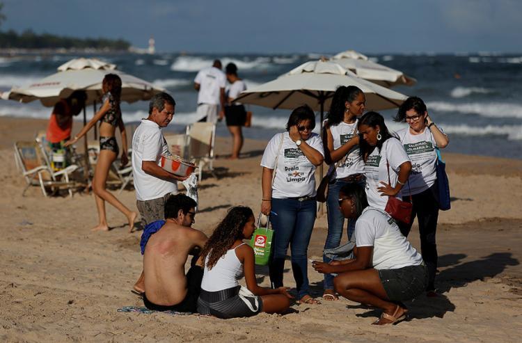 Universitários abordam usuários em Piatã para tratar de educação - Foto: Adilton Venegeroles l Ag. A TARDE