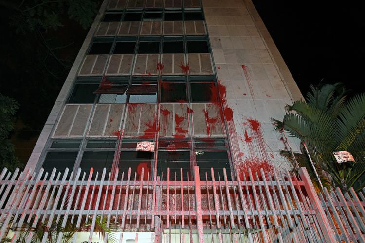 """Prédio foi pichado com tinta vermelha e com frases dizendo que a ministra é """"golpista"""" - Foto: Douglas Magno l AFP"""