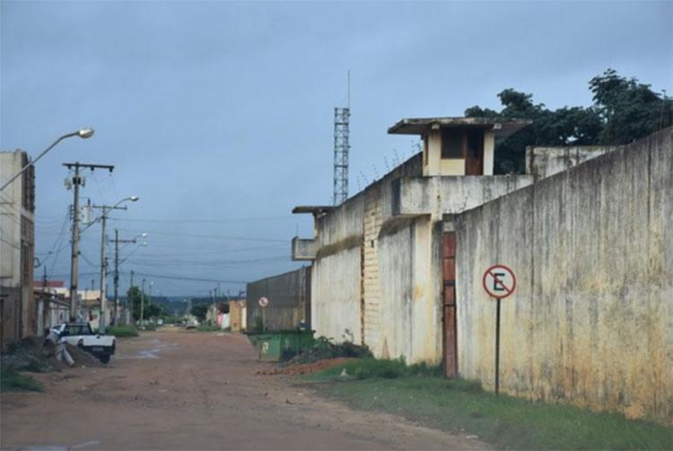 Suspeitos pretendiam jogar granadas por cima do muro do presídio - Foto: Reprodução   Blog do Anderson