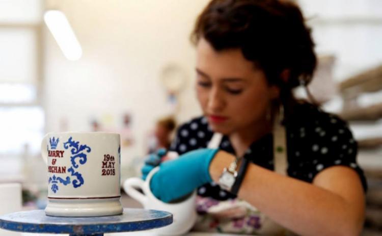 Cerca de 60 funcionários da olaria Emma Bridgewater usam técnicas tradicionais para decorar à mão as peças de argila - Foto: Carl Recine | Reuters | Reprodução