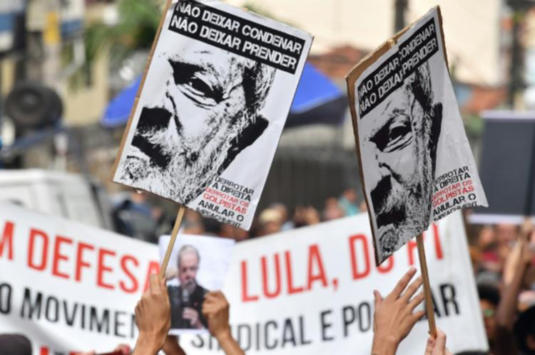 Manifestantes afirmam que vão ficar no espaço em vigília e em apoio ao petista - Foto: AFP   Nelson Almeida