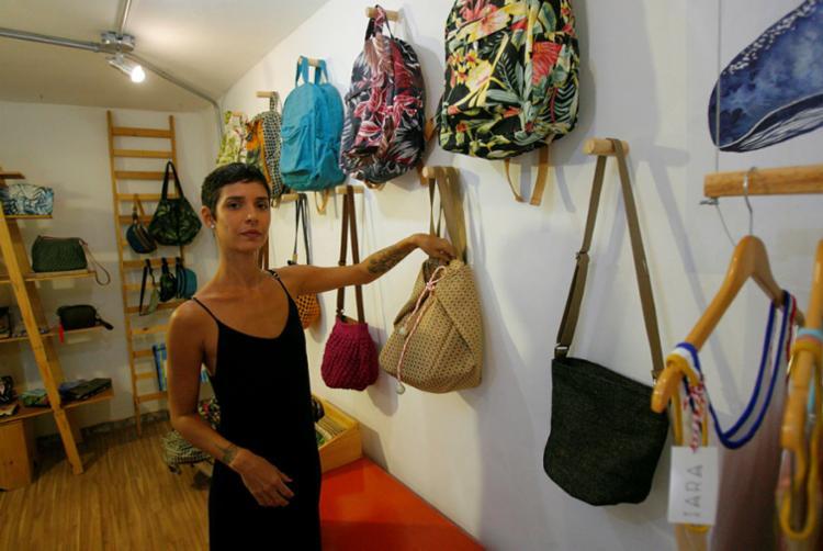 Cândida Specht criou marca de bolsas e acessórios e acompanha toda a produção - Foto: Luciano da Matta | Ag. A TARDE