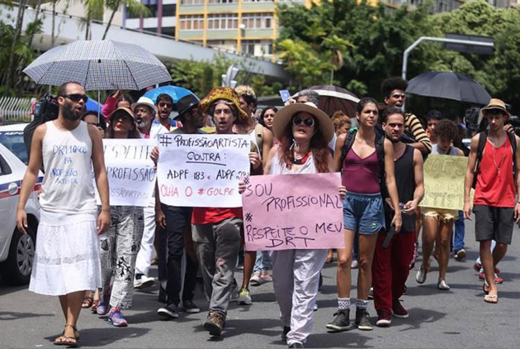 Grupo de profissionais saiu em caminhada que começou no Teatro Castro Alves e seguiu até a sede da Câmara Municipal de Salvador - Foto: Joá Souza l Ag. A TARDE