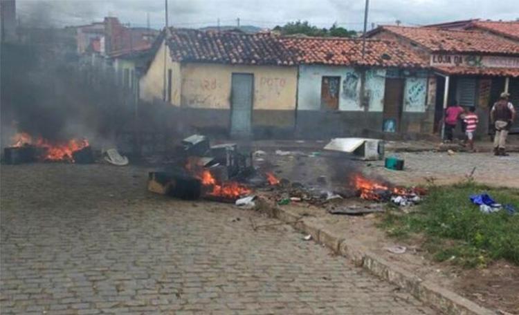 Moradores colocaram fogo em móveis de homem que provocou a vítima - Foto: Reprodução | Blog do Marcelo