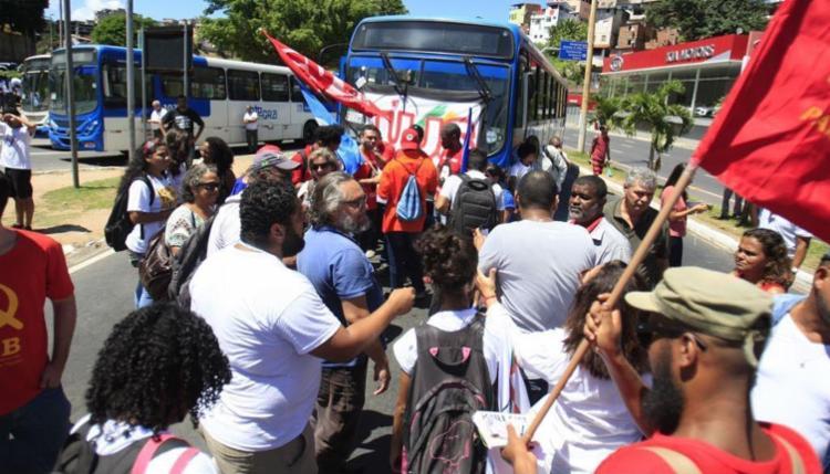 Manifestantes impediram a passagem de veículos na região - Foto: Luciano da Matta | Ag. A TARDE