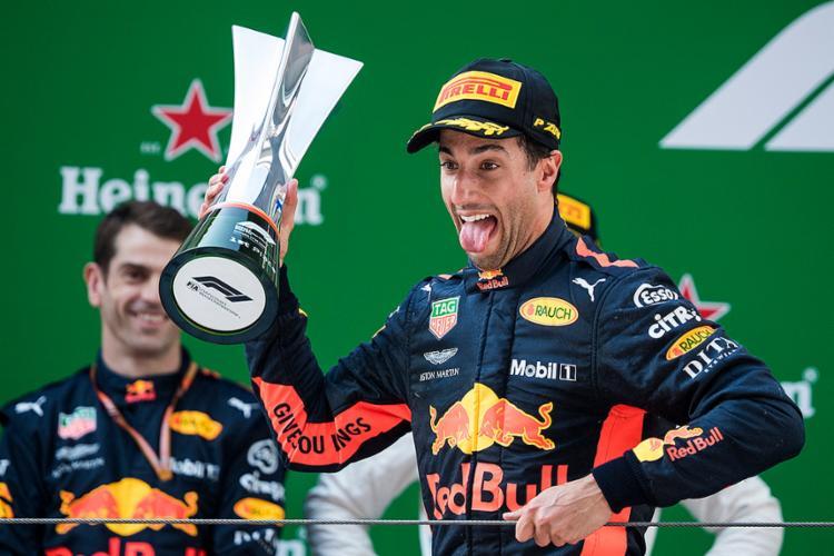 Piloto australiano largou em sexto e levou sua Red Bull à vitória em dia de ultrapassagens e prova agitada - Foto: Johannes Eisele l AFP