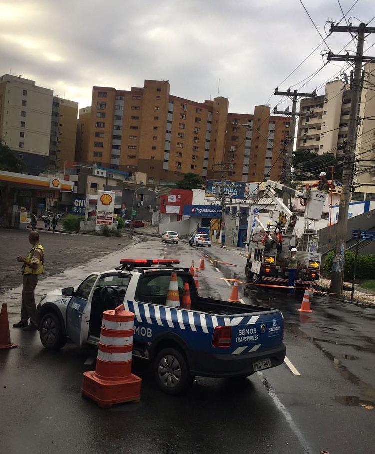 Via foi interditada após acidente (Foto: Juracy dos Anjos | Ag. A TARDE)