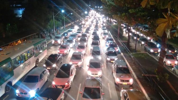 Fluxo voltou a ser bloqueado parcialmente na avenida Tancredo Neves